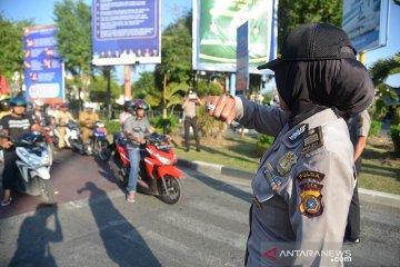 Aksi Personil Polda Aceh cegah corona di lampu merah
