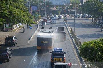 Polda Aceh disinfektan jalan dan kendaraan