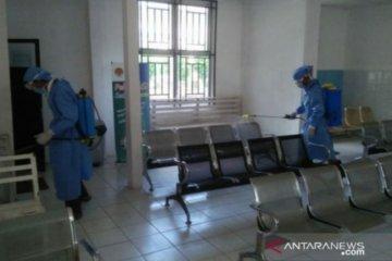 Penyemprotkan disinfektan di seluruh ruangan RSUD Pangkalpinang