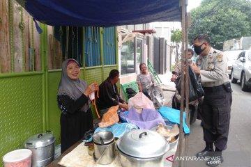 Polisi bagikan masker kain gratis untuk PKL dan pemulung