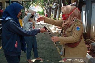 Warga Pasar Walang Baru dapat bantuan masker kain