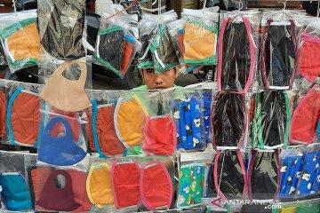 Pedagang kaki lima Pasar Baru beralih jualan masker