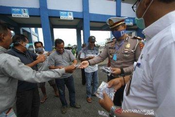 Satlantas Polresta Banjarmasin Bagikan Masker Gratis