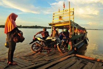 Penyeberangan motor di Sungai Batanghari
