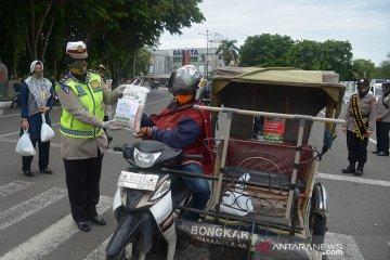 Kartini Polri bagikan sembako untuk abang becak