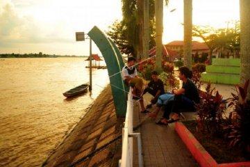 Menunggu berbuka puasa di Taman Batik bantaran Sungai Batanghari