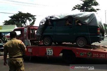 Petugas tangkap pemudik diangkut truk towing