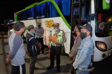 Polisi razia bus bawa penumpang dari Bali