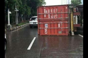 Truk terguling di Jalan S Parman sebabkan kemacetan lalin