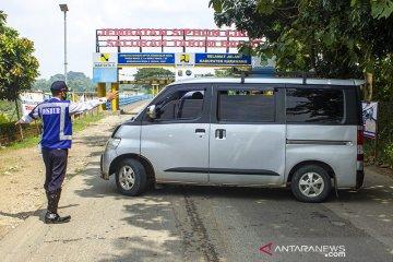 Penyekatan jalan di perbatasan Bekasi - Karawang