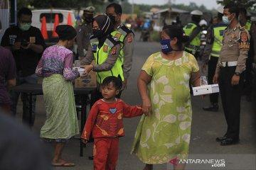 Polisi bagikan makanan