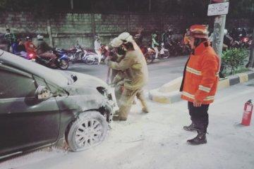 Minibus terbakar di Pintu Masuk Tol Rawamangun akibat korsleting