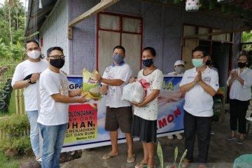 Foto - Rayon Hermon bagikan sembako ke anggota jemaat terdampak COVID-19