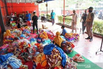 Foto - Satpol PP Gorontalo tertibkan toko yang buka saat PSBB