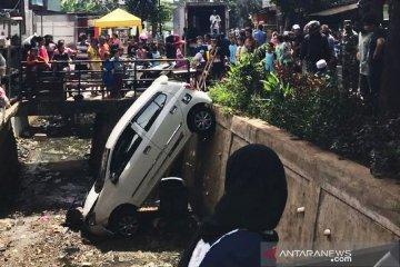 Minibus terperosok saluran air di Jaktim  akibat pengendara panik