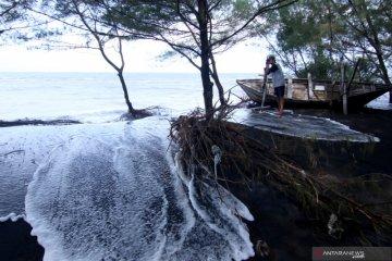 Ombak Tinggi Pantai Cemara