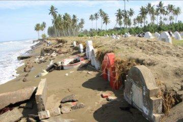 Pemakaman rusak diterjang gelombang pasang