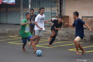 Bermain Bola di Pasar Tanjung