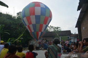 Tradisi Menerbangkan Balon di Jombang