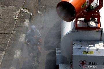 PMI menyemprotkan disinfektan di Surabaya