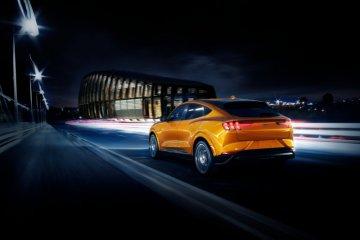 Teruskan warisan legenda, Ford hadirkan Mustang Mach-E kelir oranye