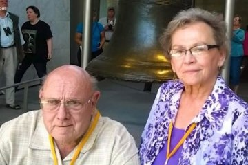 Pasangan lansia meninggal dunia sambil bergandengan tangan