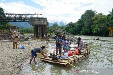 Foto - Jembatan Molintogupo putus, warga gunakan jasa rakit