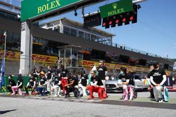 Hamilton dan para pebalap F1 berlutut di GP Austria tanda perangi rasisme