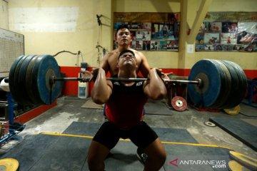 Latihan atlet angkat besi