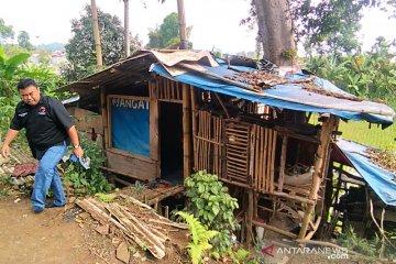 Seorang janda tua yang tinggal di gubuk bawah pohon dibantu anggota DPRD Garut