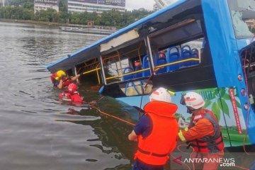 Sopir mabuk dan sengaja ceburkan bus ke danau di China