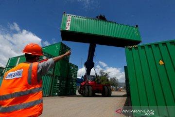 Aktivitas bongkar muat di Pelabuhan Malahayati