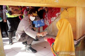Foto - Kapolda Gorontalo semprotkan hand sanitizer ke warga di pasar Sentral