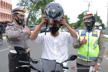 Operasi Patuh Selawah bagikan helm gratis