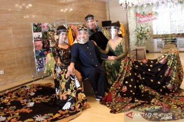 Mengindonesiakan gaun pengantin seredan dengan batik