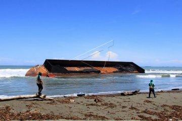 Kapal tongkang terdampar