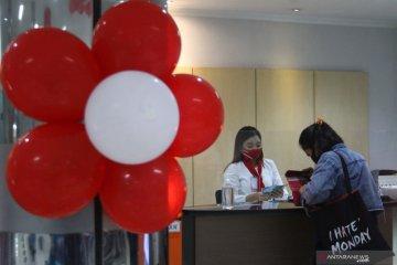 Layanan Perbankan dengan Busana Merah Putih