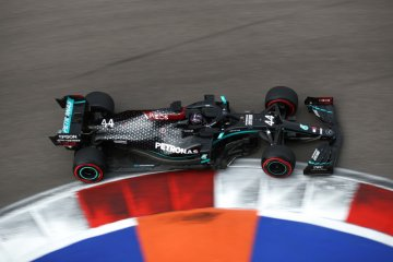 Lewis Hamilton raih