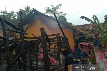 Lima rumah di Cikalongkulon Cianjur hangus terbakar diduga akibat arus pendek