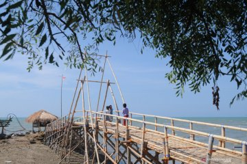 Wisata pantai jumiang ramai pengunjung