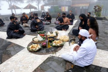 Ritual sesaji Pisungsung Gunung
