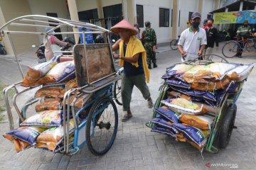 Distribusi Bansos oleh Tukang Becak