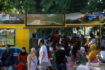 Warga Antre Saat Menaiki Bus Keliling Kota Banjarmasin