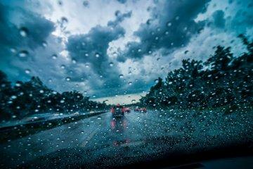 Tips berkendara aman saat musim hujan