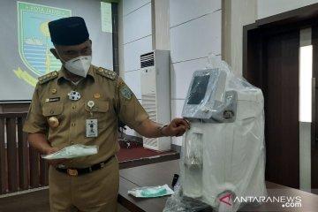 Pemkot Jambi menyerahkan bantuan oksigen Temasek Foundation ke faskes