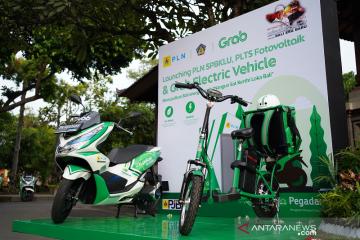 Grab hadirkan sepeda motor listrik dan SPBKLU di Bali