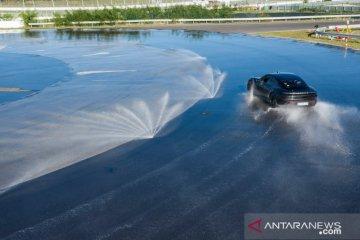 Porsche Taycan masuk Guinness World Records untuk drift terpanjang