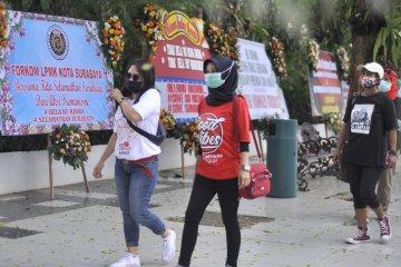 Karangan bunga bela Risma banjiri Balai Kota Surabaya tanggapi viralnya video