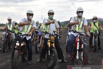 Wamen BUMN-Gubernur NTB keliling Sirkuit Mandalika pakai motor listrik