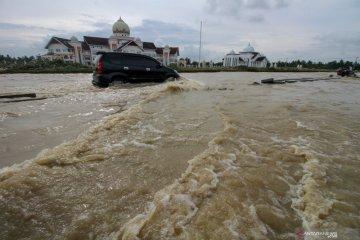 Tips aman berkendara di jalur banjir